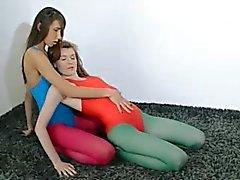 Harige lesbiennes in nylon kousen liefdevolle