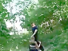 Блондин получает выебанная в общественном парке