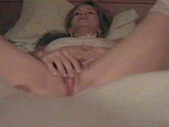 Madre morena juega con su coño