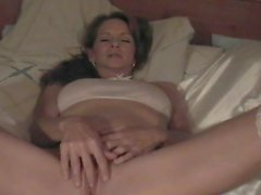 Brunette mãe brinca com seu bichano