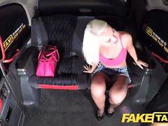 Falso taxi bionda sexy in pantaloncini Denim stretti con calze a rete