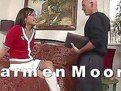 TS La majorette Carmen Moore a anal percée