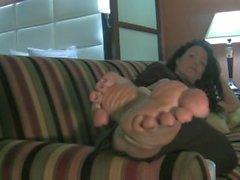 Isoja jalkaa roikkui Sohvalla