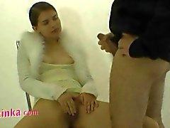 Zuzinka masturbeert haar harige kut