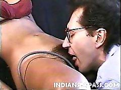 Reizendes indische Mädchen Claudia Das Nyce hat einen süßlichen Gesicht ein großes