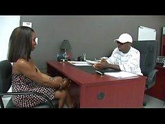 Svart stud får knulla en het Ebony flicka på sitt kontor-xxblacks