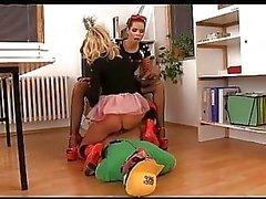 Um entregador de pizza azarado torna um escravo perfeito para duas jovens dominatrixes