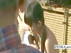 Drei schüchternen Japanische Schulmädchen Streifen nackt bei Bade