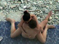 Mujer tetona sexo sobre la playa