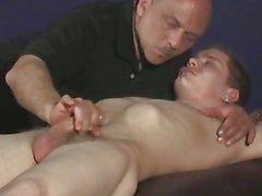 Человек метнув спать петух парней