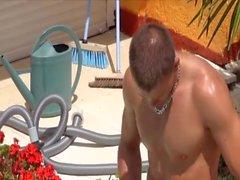 giovani francesi degli uomini a bordo piscina