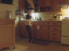 Неженка дева делать работу по дому Перед Владычица дом получает