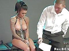 Chained sub- pechugóa bateram no assoalho