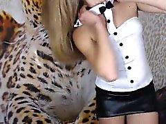 Blonde bonito é ao vivo na webcam e fazer um lento striptease f
