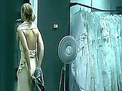 Maria Bello nudo sdraiato su un letto le sue mani legati di sopra di lei