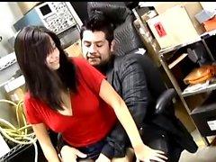 Большая синица азиатская милашка трахалась в задней комнате на работе