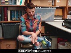 YoungPerps-Twink hırsızı çocuk güvenlik görevlisi tarafından eyersiz