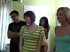 Grupo de jovens que com college banging