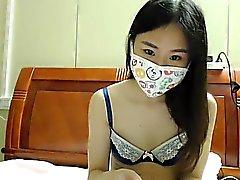 Bir maske içinde Nubile genç esmer web kamerasında şeritler gösteriyor