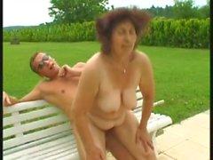 Granny fickt ihm die Schwimmbadreiniger - behaart - Freien