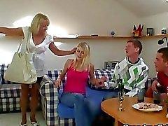 Trinken Ermöglicht Threesome -Orgie