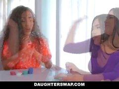 DaughterSwap - Los adolescentes latinas calientes teniendo una orgía