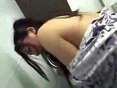 Geile japanische Mädchen mit sexy Beine bekommt in der schlug hart
