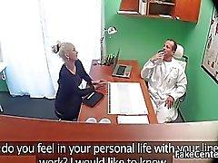 Bystiga MILF knullas på läkarmottagning