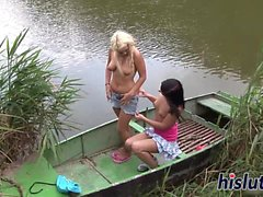 Rihanna e Diana Bang su una barca