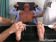 Tyylikäs Jock puku rakastaa saada hänen jalkansa kutittaa kaksi keikari