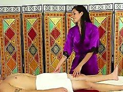 Азиатского массажиста сосет хуй