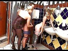 El sexo dómina adolescente en la la baño público en un bar económico