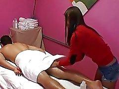 Civciv bir adamı massage henüz rahatlatıcı işlemleri yapılmakta