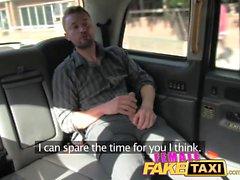 Женщина Поддельного такси Cocky парень показал, кто хозяин