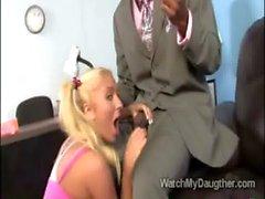 Pigtailed подросток Jaelyn Fox отстой с нее Daddys черными шеф