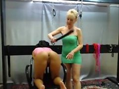 rubia sucia goza de algunas nalgadas duro BDSM