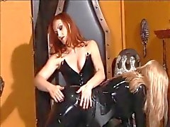 A amante Cabelo Ruivo spanks um Blonde fraco ultra alta