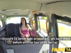 Taxi falsa remojo húmedo para chorreo de leche caliente morena en la primera fecha en taxi