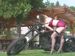 Ragazza del motociclista showws fuori i suoi desiderabili grandi tette