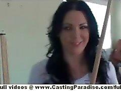 Megan Foxx onafhankelijke prachtige brunette chick spelen pool