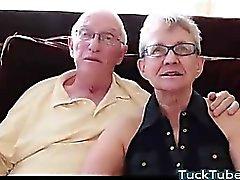 Anciano marido follada con el hombre joven