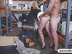 Hot blonde MILF amateur fulminé dans la chambre de stockage par pion gars