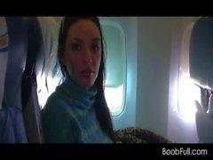 Braunhaarig Amateur zeigt Titten und saugt Hahn auf Flugzeugs
