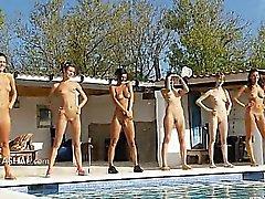 Шести обнаженных девушек у бассейна из Польша
