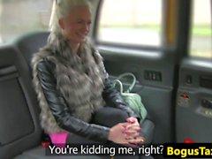 Finsk taxi baben knullar Kranen mellan bigtits