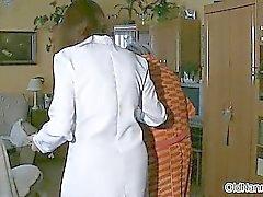 Desagradável mulher idosa fica córnea part4