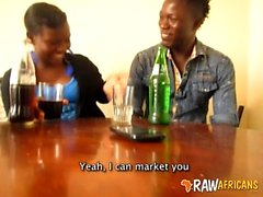Novia nigeriana masturbándose polla grande