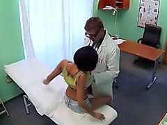 Lääkäri vittuile sexy potilaalla väärennettyjen sairaala