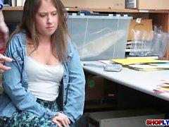 Подросток магазинный вор Brooke Счастье трахает в офисе