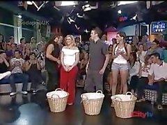 Naakt strip wedstrijd live op tv